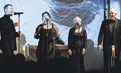 Stimmungsvoll: A cappella verbreiteten die Solisten Vorweihnachtsstimmung: (von links) Daniel Steiner, Nadja Kotz, Ursi Tschudi, Beat Hebeisen. Bild Thomas Weins