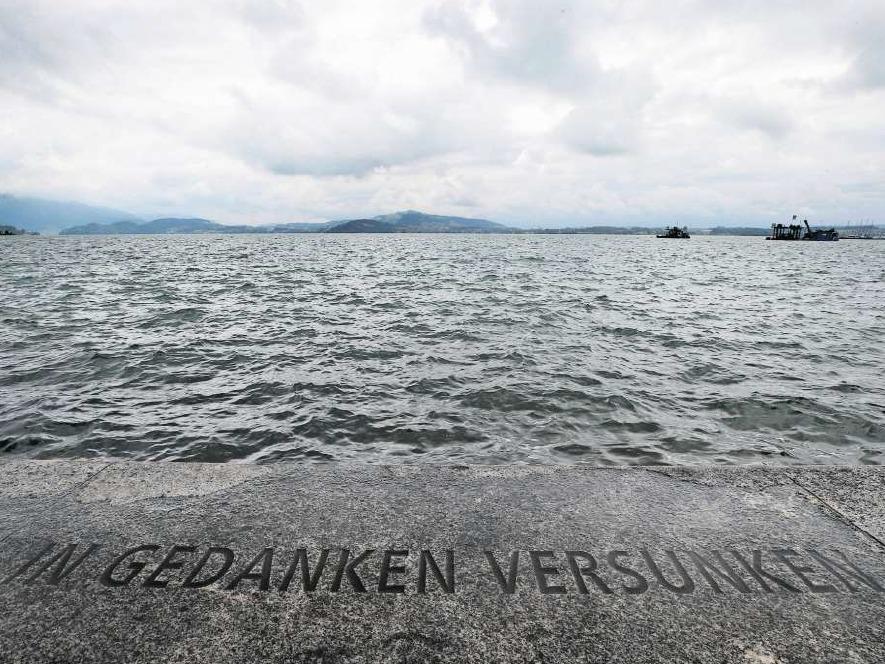 Der Schriftzug von Andrea Wolfensberger am Seeufer gehört zum Kunstkonzept Rigiplatz. (Bild Stefan Kaiser)