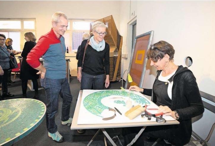 Marcel und Brigitte Ceccon bestaunen die Mosaikarbeit von Judith Larcher. (Bild Roger Zbinden)