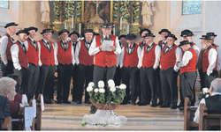 Der Präsident des Jodelchörli Schindellegi, alt Regierungsrat Georg Hess, begrüsste die Gäste auf charmante Art. Bild Hans Ueli Kühni