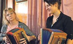 Von wegen Männerdomäne: Rita Betschart (links) und Nicole Zumstein spielten virtuose und lüpfige Tänze, vor allem solche von Ritas Grossvater Rees Gwerder. Bilder: Roger Bürgler