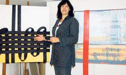Fantasievoll: Katrin Odermatt vor zwei interessanten Werken in ihrem Grossatelier. Bild Dominique Goggin