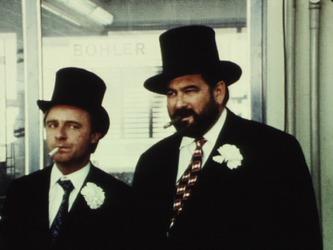 Emil Steinberger und Hans Wyprächtiger als Gangster im Werbefilm der Firma Kern «Der goldene Zirkel» von 1971