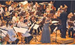 Der Musikverein Harmonie Altendorf und die Solistin Janine Odermatt-Rösselet luden zum Winterkonzert. Bild Maria Pierson