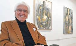 Kunstsammler und Galerist Helmut Meier zeigt in einer Ausstellung seine gesammelte Schweizer Kunst, im Hintergrund Werke von Samuele Gabai. Bild Silvia Camenzind
