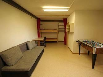 unser Aufenthaltsraum mit einem Notbett