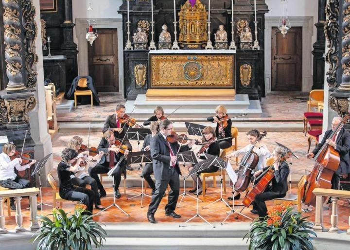 Das Ägeritalorchester und Solist Adrian Häusler (vorne Mitte) in der Marienkirche in Unterägeri. (Bild PD)