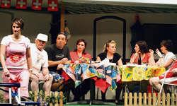 Die Theatergesellschaft Oberiberg hat das Stück «Camper-Fründe». Bild zvg