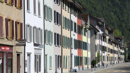 Vorbeispaziert: Farbige Häuserfassaden in Glarus und Ennenda.