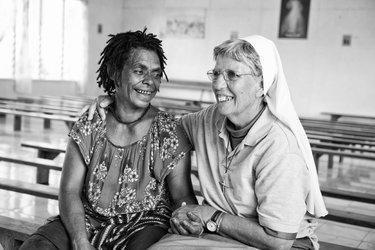 Schwester Lorena mit Frau aus Papa Neuguinea
