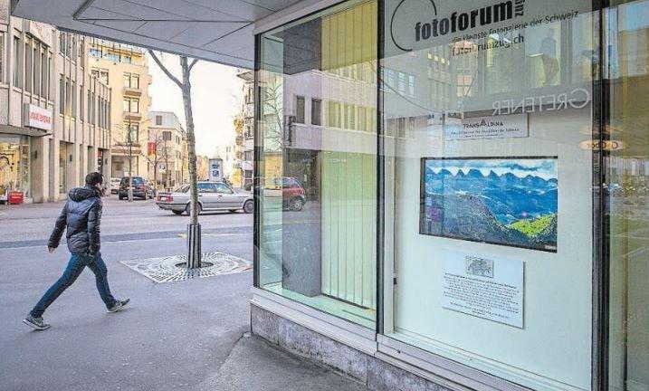 Grosser Blick durch ein kleines Fenster: Die interaktive Fotogalerie an der Bahnhofstrasse 26 in Zug. (Bild Stefan Kaiser)