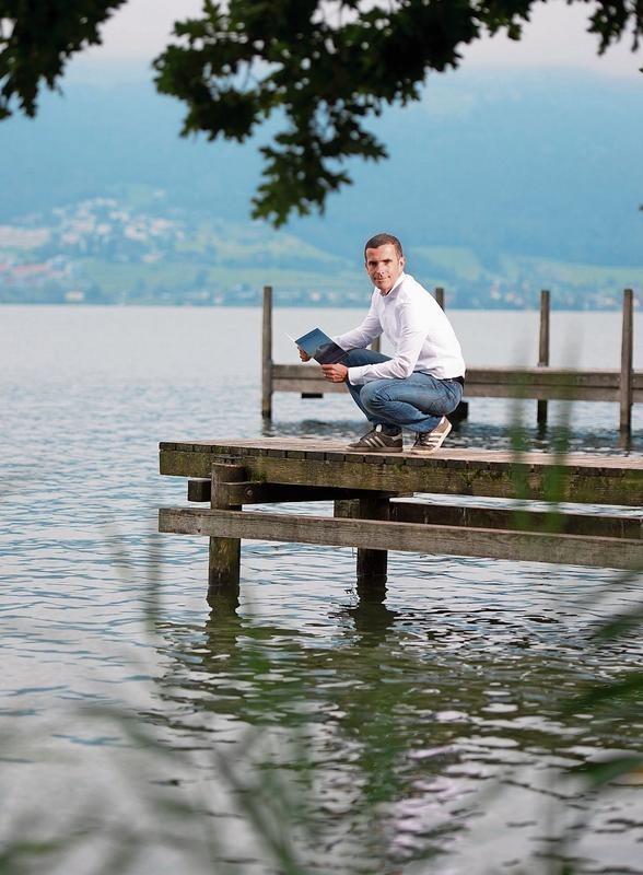 Während eines Sabbaticals hat sich Martin Oswald dem Buchprojekt gewidmet. Der Zugersee habe schon immer eine Magie auf ihn ausgeübt, sagt er. (Bild Maria Schmid)