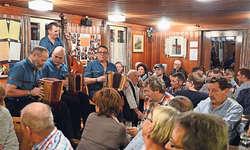 Die Mosi-Musig mit Alois Lüönd, Thomas Scherrer, Philipp Schuler und Daniel Gwerder bei ihrem Auftritt am Stephanstag. Bild Roger Bürgler