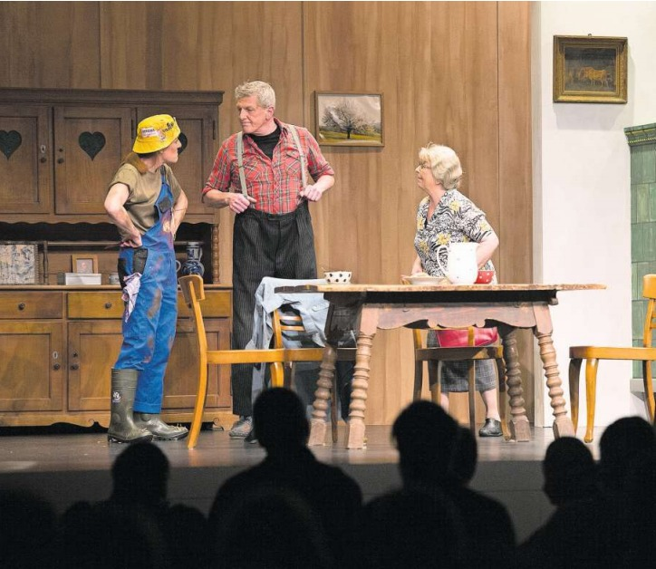 Sepp (gespielt von Tony Wyss) im Zwiegespräch mit Trudi (Patricia Amgwerd), rechts Marie (Rita Keiser). (Bild Maria Schmid)