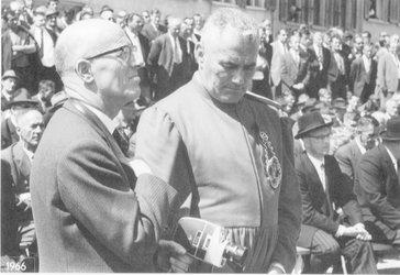 Hans Schönwetter mit Weibel Oswald, Landsgemeinde 1966. Landesarchiv des Kantons Glarus, Bestand Foto Schönwetter