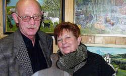 Künstlerin Dorli Kläger (rechts) und Laudator Beat Santschi standen im Mittelpunkt der Vernissage. Foto: Konrad Schuler