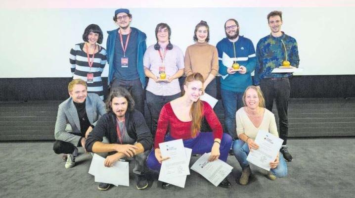 Die Jury, das Organisationskomitee und die Gewinner der «Goldenen Kirsche» freuen sich über die erfolgreichen Zuger Filmtage. Insgesamt drei «Goldene Kirschen» wurden vergeben . (Bild Jan Pegoraro)