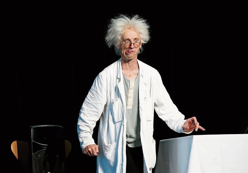 Bei Professor Leonardo (Thomy Truttmann) darf nicht nur gelernt, sondern auch viel gelacht werden. (Bild: Stefan Kaiser)
