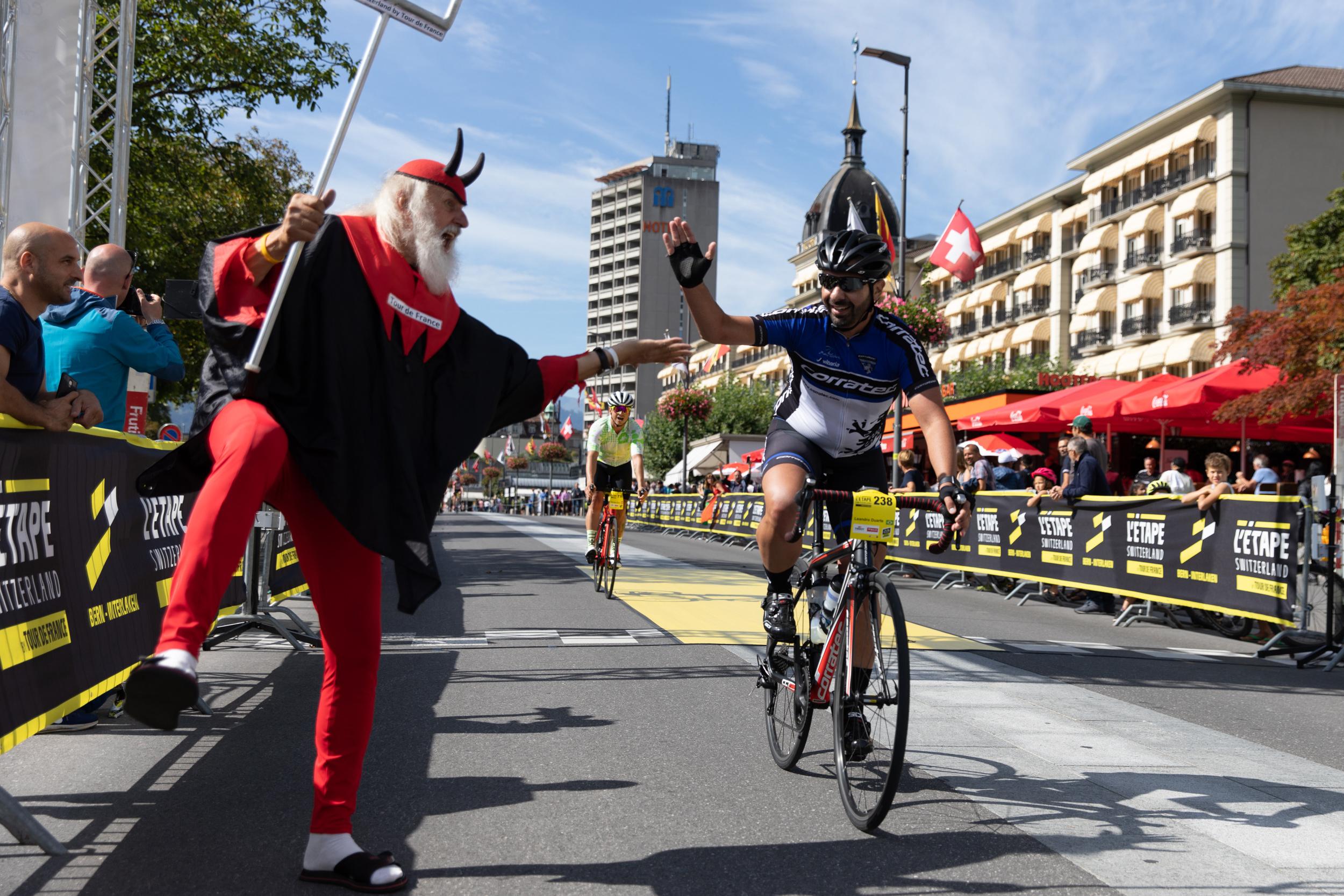 Tour-Teufel Didie Senft klatscht mit Rennfahrer ab