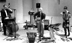 Daniel Reichlin, Bandleader Harry Lehnherr und Bea Gugler (v. l.) sorgten für Stimmung in der St. Josefskirche. Bild Paul Diethelm