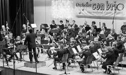Das Orchester con brio unter der Leitung von Mathias Elmer beging sein 15-jähriges Bestehen mit einem schwungvollen Neujahrskonzert. Bild Lilo Etter
