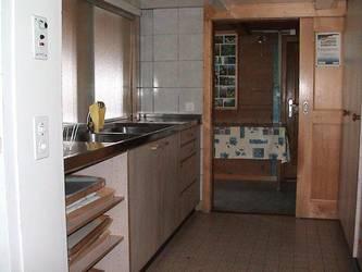 Die gut ausgestattete Küche mit Essgeschirr für 60 Personen.