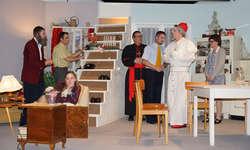 Die sieben Darsteller, darunter Papst Albert (René Gisler) verstanden es, die Rollen optimal umzusetzen. Bild Theater Bennau
