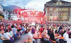 Kamen in Scharen: 3000 Zuschauer verfolgten 2012 die Live-Sendung «SRF bi de Lüt» auf dem Schwyzer Hauptplatz.