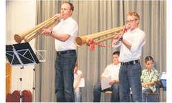 Eine Premiere im Instrumentalbereich: Erwin Füchslin (links) und Kilian Gwerder spielten auf dem Büchel «ÄlplerSunntig». Bild Konrad Schuler