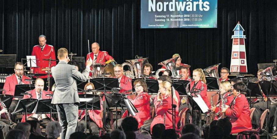 Dirigent Fabio Küttel und seine Musikanten begeisterten das Publikum. (Bild Christian H. Hildebrand)
