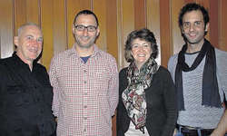 Die Weichen für die Produktion 2014 wurden gestellt: Präsident Zälli Beeler (Zweiter von links) freut sich, dass Franz-Xaver Nager (von links) das Stück schreiben, Susanne Morger die Produktionsleitung übernehmen und Stefan Camenzind Regie führen wi
