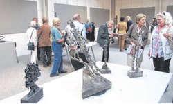 Die Bronzeskulpturen von Giuliano Pedretti stiessen bei den Kunstliebhabern auf reges Interesse. Bild Jasmine Helbling
