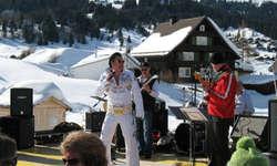 Rockig und fetzig: Der Rock Club 58 und «Renelvis» überzeugten das gut gelaunte Publikum in Oberiberg.