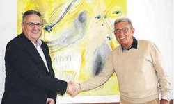 Hans Schärer, Präsident Stiftungsrat Alterszentrum am Etzel, bedankt sich bei Tony Künzli (rechts) für sein Engagement. Bild jaj