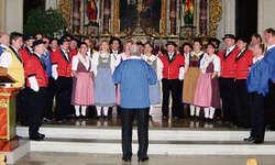 Der Gesamtchor unter der Leitung von Thuri Bürgler erhielt viel Applaus . Foto: Konrad Schuler