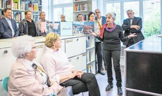 Maria Greco erzählt die Sage «d Hügel vo Neuheim». (Bild Patrick Hürlimann)
