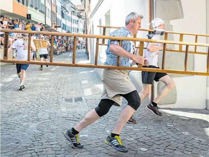 Reto Arnold des Esaf-Teams (vorne) biegt in die Schwanengasse ein. (Bilder Christian H. Hildebrand)