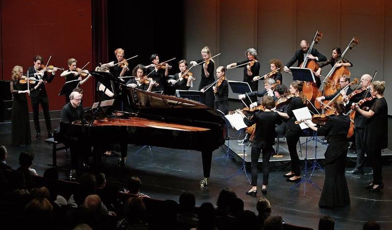 Sie harmonieren bestens miteinander: Pianosolist Marc-André Hamelin und die Amsterdam Sinfonietta im Theater Casino Zug. (Bild Stefan Kaiser)
