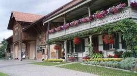 Unser Hof liegt ca. 7 km von Freiburg über dem Schiffenensee. Sie erreichen uns also nicht nur mit dem Auto, zu Fuss oder mit dem Velo, sondern auch mit dem Kanu. Familien, Schulklassen und Vereine bis 30 Personen sind herzlich willkommen.