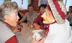 Hatten sich viel zu erzählen: Ein Hudi sorgte im Restaurant Kündig für Stimmung. Bilder Christoph Clavadetscher