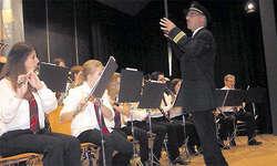 Dirigent pilotierte: Der Musikverein Lauerz kam bei seinem diesjährigen Jahreskonzert mit nur gerade sechs Aushilfen aus. (Bild: Patrick Kenel)