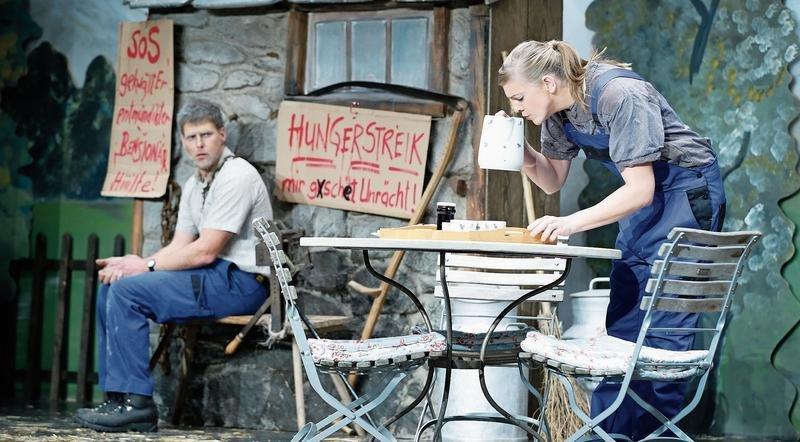 Silvan Bircher als Anton Heinzer ist im Hungerstreik, und Tatjana Schelbert als Rosi Heinzer-Blatter macht zu seinem Leidwesen Frühstück. (Bild Stefan Kaiser)