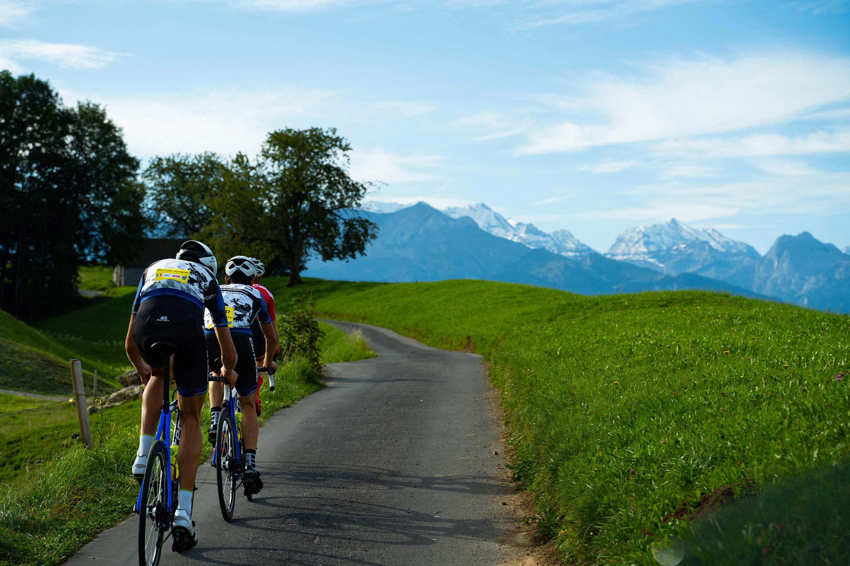 Rennfahrer bei Sigriswil mit ausblick auf die Berglandschaft