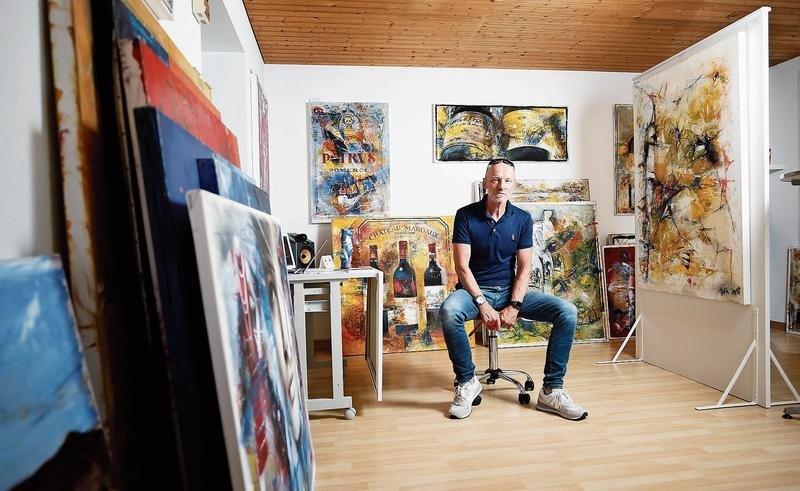 Der Zuger Künstler Andreas Jordi in seiner Galerie in Walchwil. (Bild Stefan Kaiser)