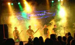 Gaben Vollgas: «Polution» brachten an der siebten Sattler Rock-Night zahlreiche Besucher zum Headbangen. Bild Polution