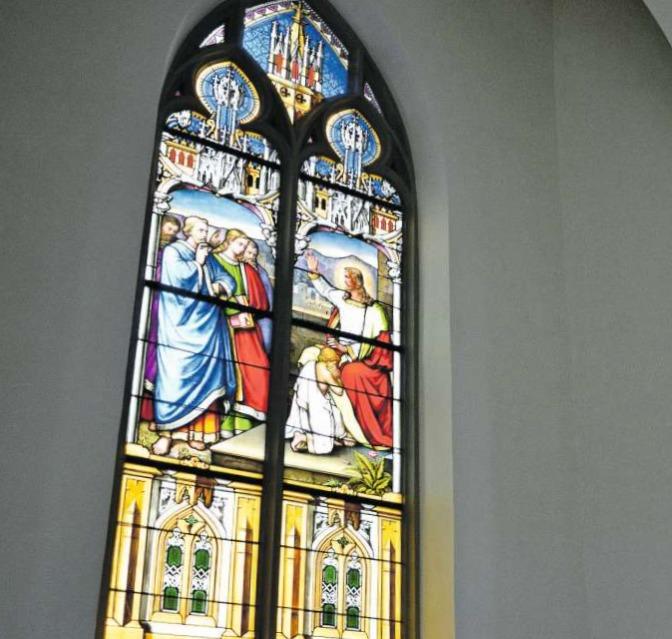 In der reformierten Kirche Baar: Jesus segneteinen Buben und mahnt seine Jünger. Johann Jakob Röttinger hat die Bibelstelle als prächtige Glasmalerei festgehalten. (Bild Andreas Faessler)
