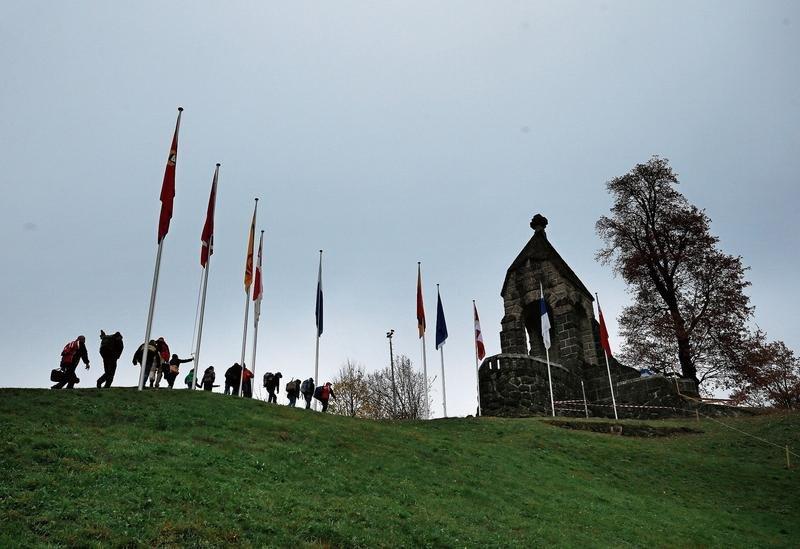 Die Schützen schreiten zum Morgartendenkmal hinauf. (Bild Stefan Kaiser)