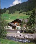 Das Ferienhaus befindet sich in ruhiger Umgebung direkt an der Engstligen, dem schönen Bergbach