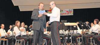 Präsident Thomas Suter (rechts) bedankte sich bei Dirigent Marcel Betschart. Bild: Christoph Jud