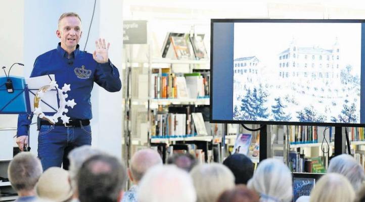 Im «royalen» Hemd: Autor Michael van Orsouw bei der Buchvernissage in der Bibliothek Zug. (Bild Stefan Kaiser)
